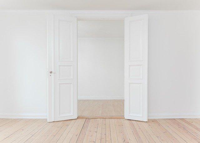 Décoration du salon: comment habiller les murs blancs ?